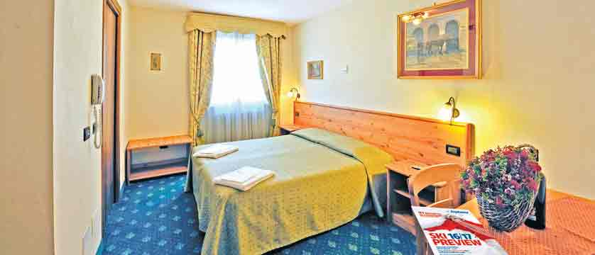 italy_milky-way-ski-area_sauze-doulx_hotel-hermitage_bedroom.jpg